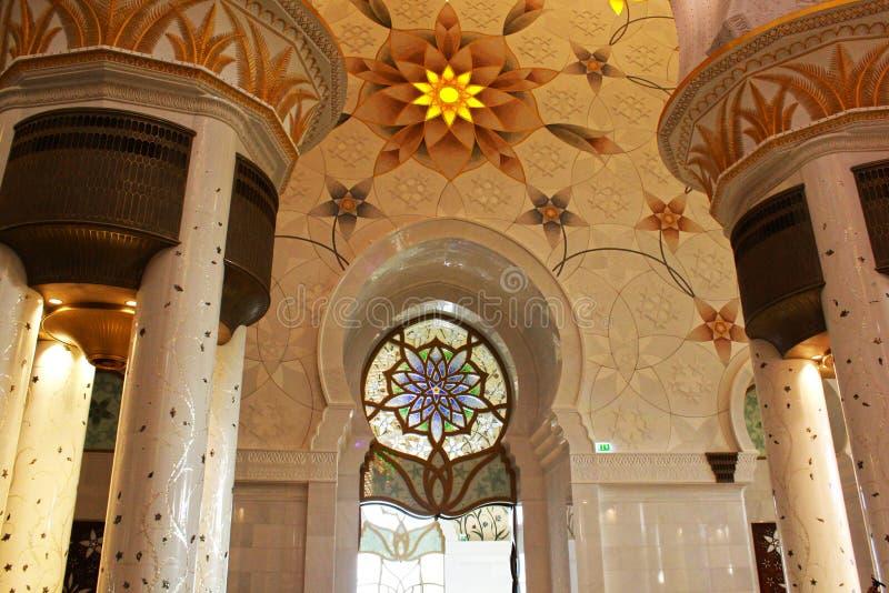 HÄRLIG INRE VÄGGDESIGN i den största moskén av UAE, STORSLAGEN MOSKÉ för SCHEJK som ZAYED lokaliseras i ABU DHABI royaltyfri foto