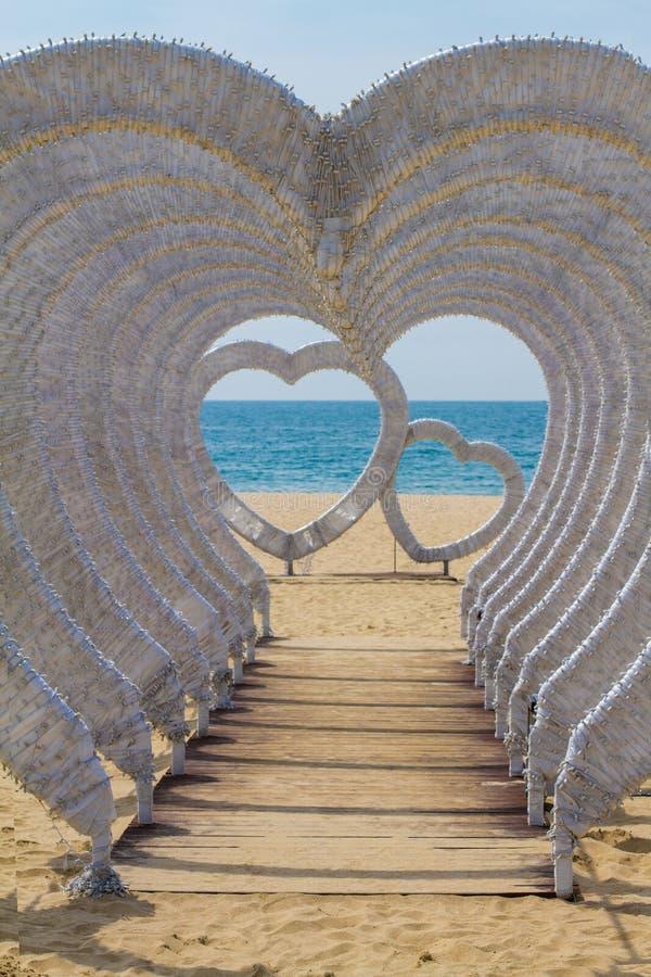Härlig installation av hjärtor på stranden av havet royaltyfria foton