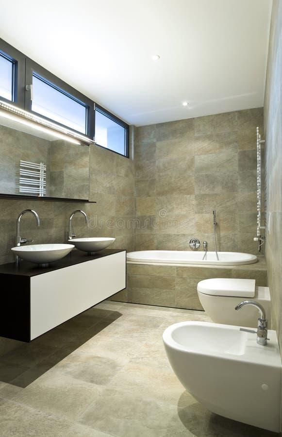 härlig interior för badrum fotografering för bildbyråer