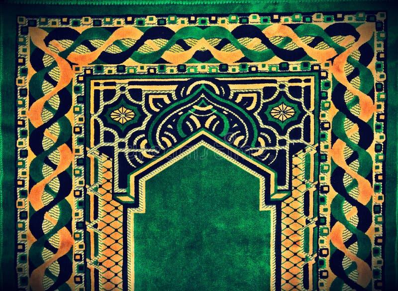 Härlig islamisk be filt royaltyfria foton