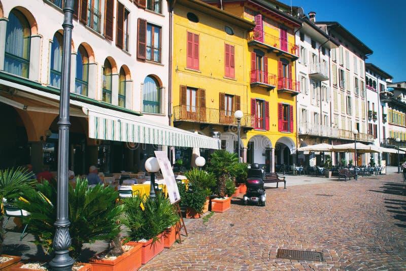 Härlig italienare parkerar med gula hus Kaféer nära kusten av Pisogne, Italien arkivbilder