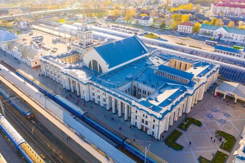 Härlig järnvägsstation som placeras i Brest den underbara morgonen i turist- stad arkivfoto