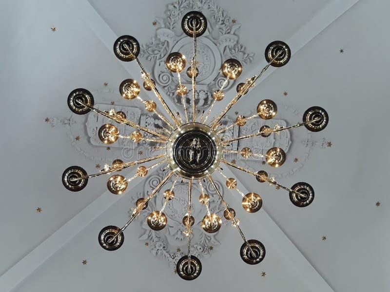 Härlig jätte- lampa i en kyrka royaltyfria bilder