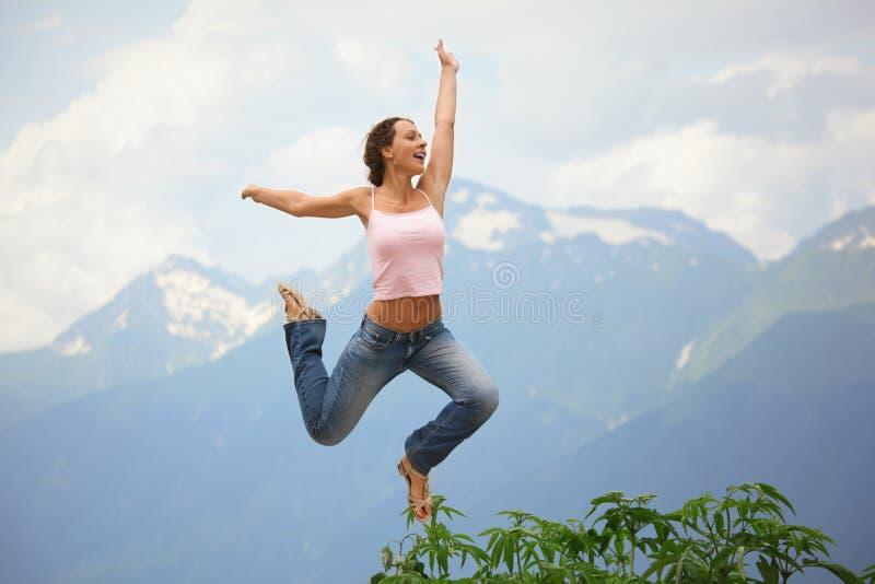 härlig joyful banhoppningkvinna arkivbild