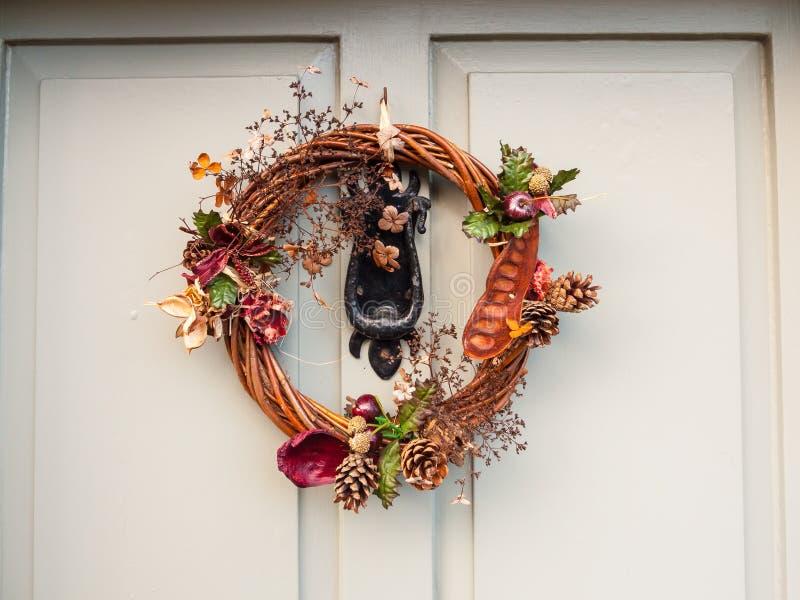 Härlig julkrans på framdelen av dörren som tätt hänger upp fotografering för bildbyråer
