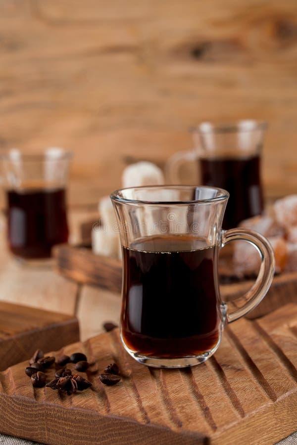 Härlig kaffestilleben på en träbakgrund Turk för kaffe, aromatiskt kaffe royaltyfri bild