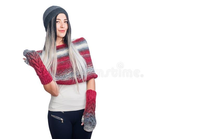 Härlig kall flicka som bär kulöra ombrehårförlängningar som gör en gest i hatt och stucken kläder Stående av moderiktig stil royaltyfria foton