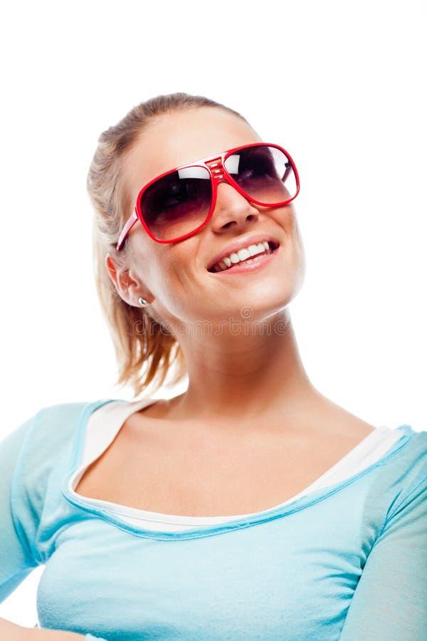 Härlig kall kvinna i solglasögon arkivbild