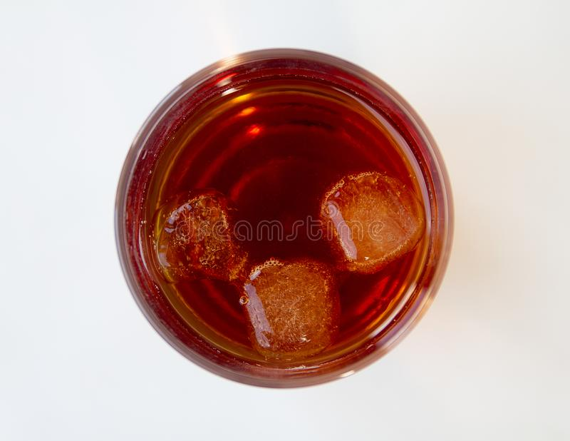 Härlig kall mousserande colasodavatten med kubis i exponeringsglas royaltyfri foto