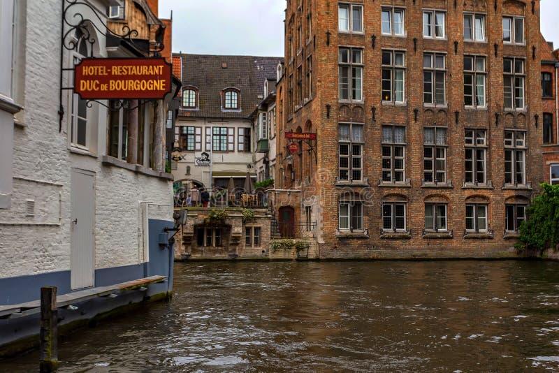 Härlig kanal och byggnader av Bruges, Belgien royaltyfri bild
