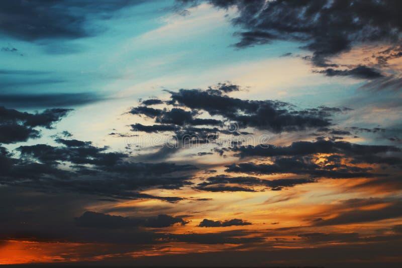 Härlig karmosinröd solnedgånghimmel royaltyfri bild