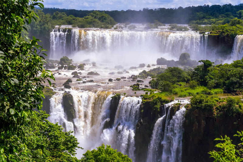 Härlig kaskad av vattenfall. Iguassu nedgångar i Brasilien arkivfoto