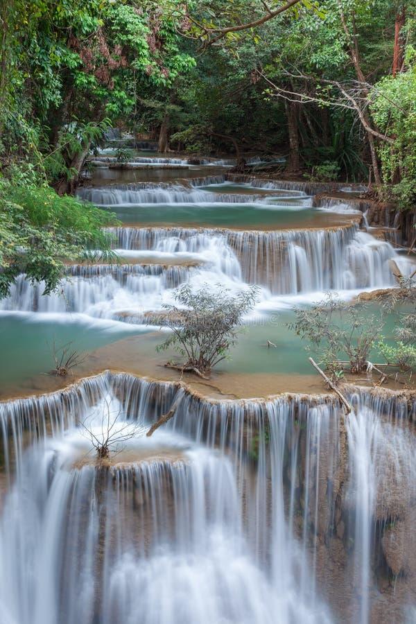 Härlig kaskad av vattenfallet för Huay maekhamin arkivbild