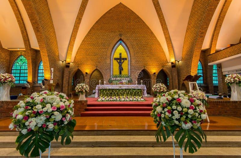 härlig katolsk kyrkainterior arkivbild