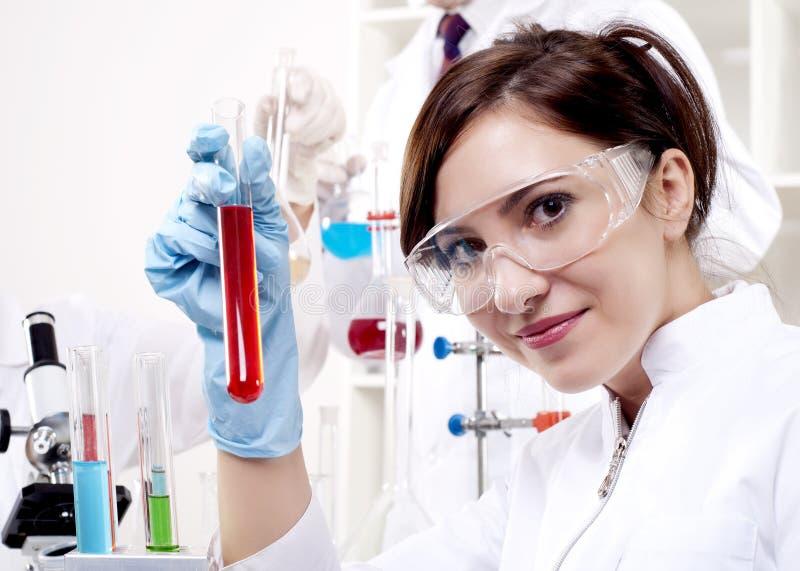 härlig kemistståendekvinna arkivfoto