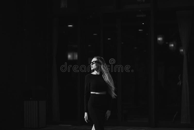 Härlig kjol för ung kvinna med blyerts arkivfoton