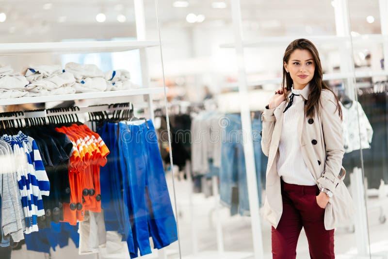 Härlig kläder och le för köpande för ung kvinna för brunett royaltyfria foton