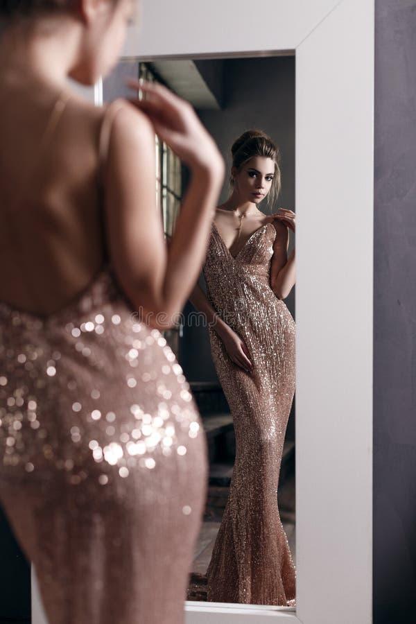 härlig klänningaftonflicka arkivfoto