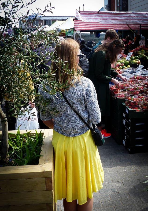 härlig klänningflickayellow arkivfoto