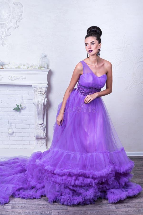 härlig klänningpurplekvinna arkivbild