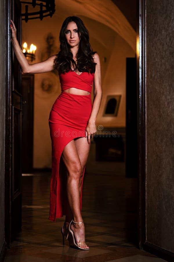 härlig klänningredkvinna royaltyfria foton