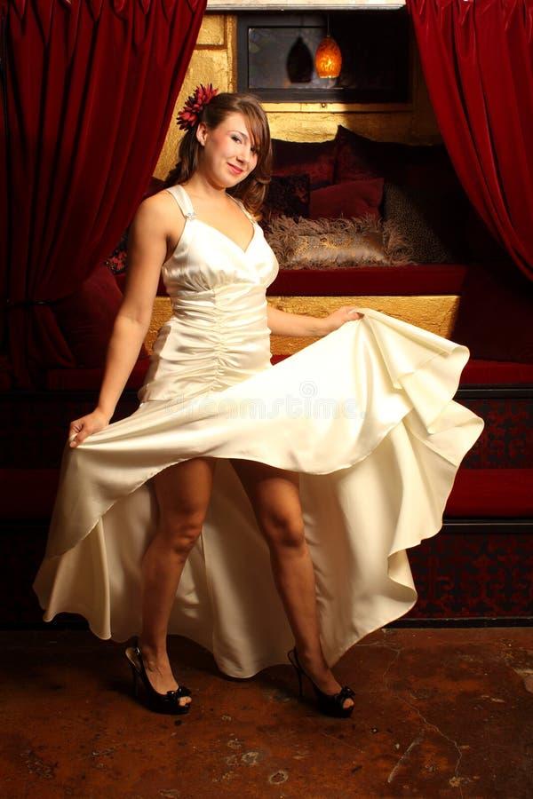 härlig klänningwhitekvinna royaltyfria foton