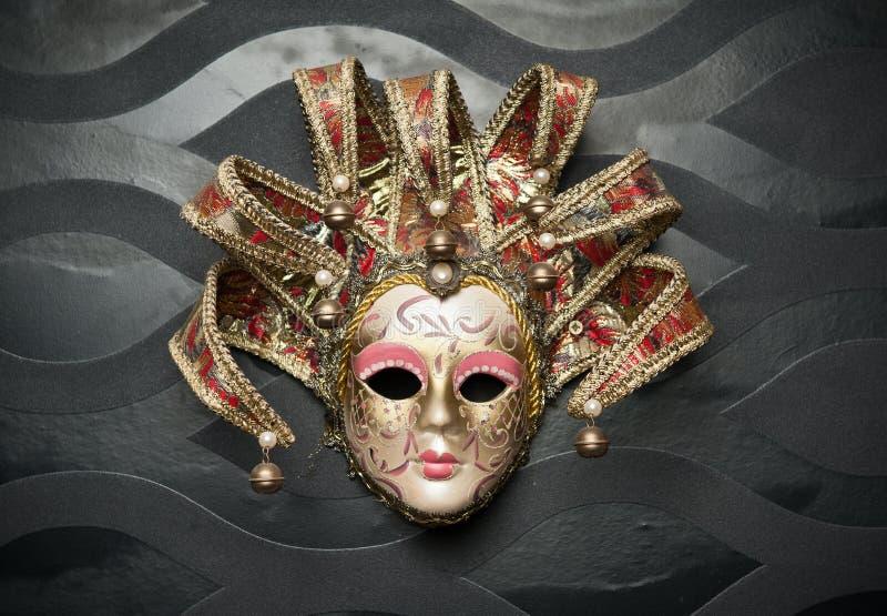 Härlig klassisk maskering från Venedig på den svarta väggen. Karnevalmaskering royaltyfri foto