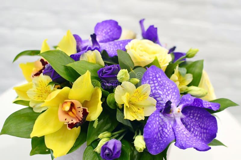 Härlig kombinerad bukett av blommor arkivbilder
