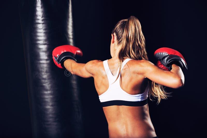Härlig konditionkvinnaboxning med röda handskar arkivfoto
