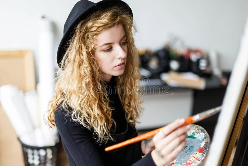 Härlig konstnär Drawing med borsten och olja royaltyfri fotografi