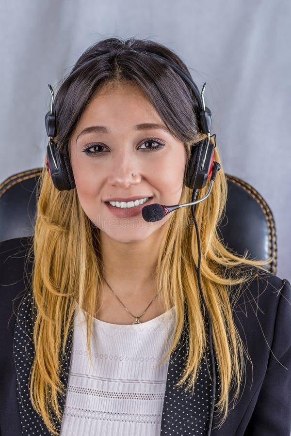 Härlig konsulent av appellmitten i hörlurar arkivfoton