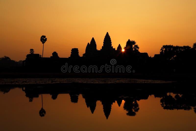 Härlig kontur av Angkor Wat under soluppgång, Cambodja royaltyfria bilder