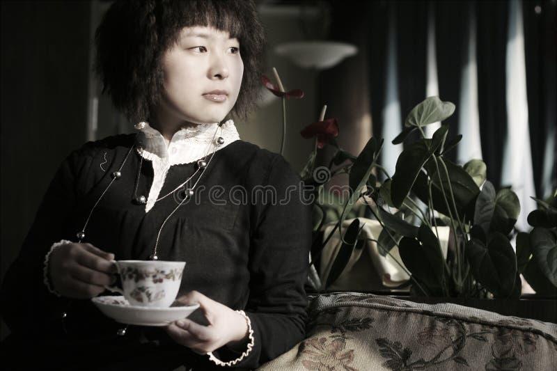 härlig koppdrink som rymmer den varma kvinnan ung fotografering för bildbyråer