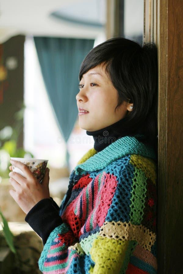 härlig koppdrink som rymmer den varma kvinnan ung royaltyfria foton