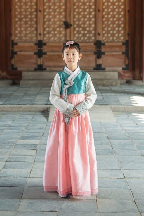 Härlig koreansk flicka i Hanbok på Gyeongbokgung, den traditionella koreanska klänningen arkivfoto