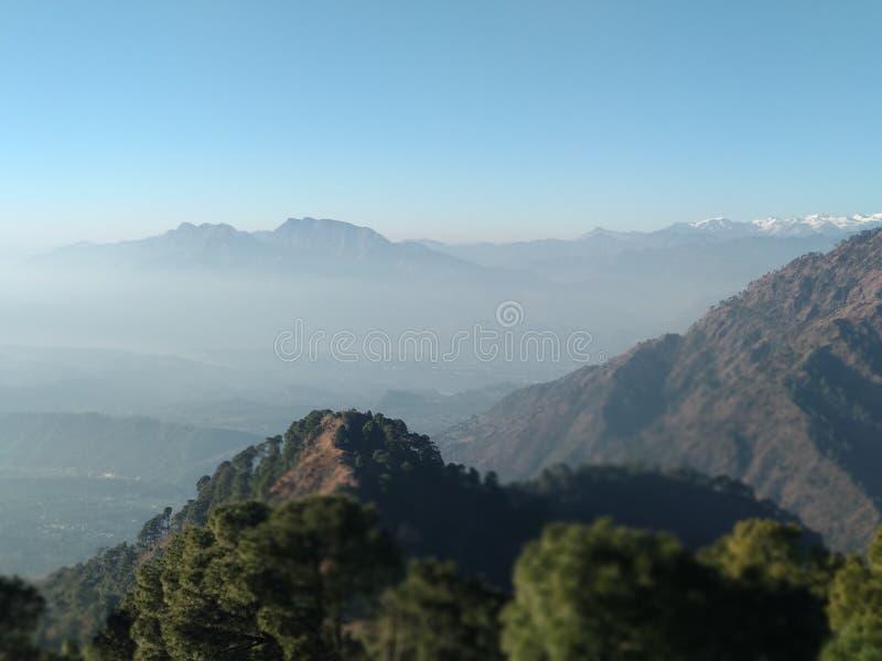 Härlig kullesikt i vinter i Kashmir i Indien royaltyfria foton