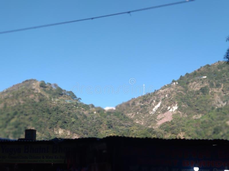 Härlig kullesikt i vinter i Kashmir i Indien royaltyfri bild