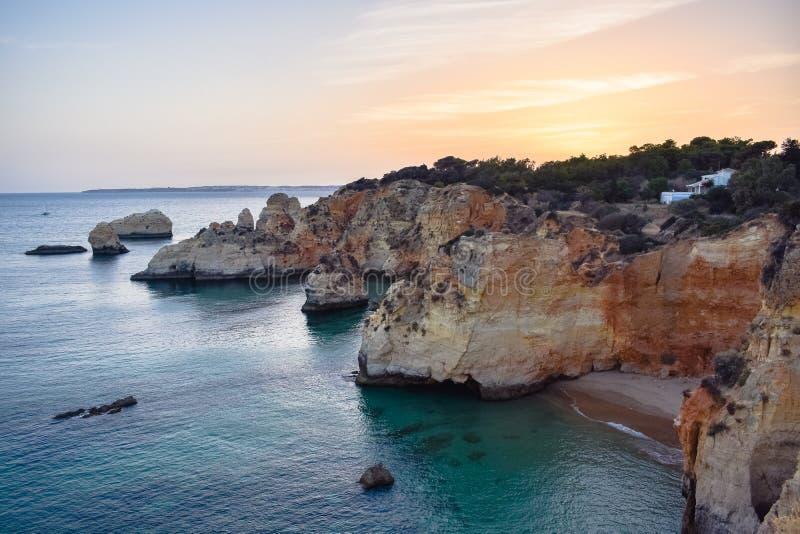 Härlig kust av Algarve på solnedgången, Portugal royaltyfria bilder