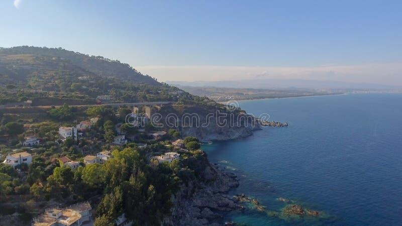 Härlig kust av Camina, Calabria flyg- sikt arkivfoto