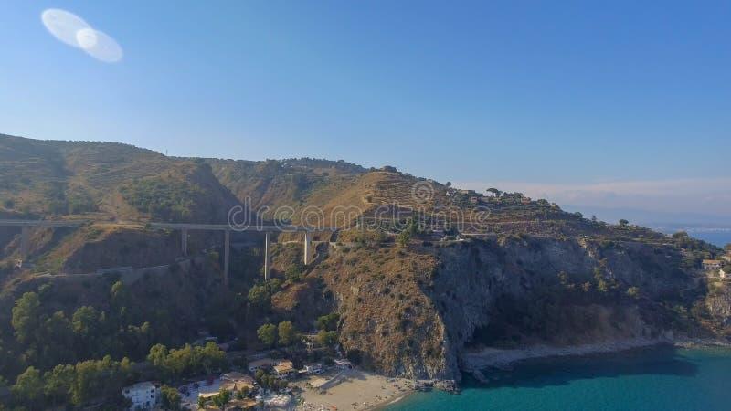 Härlig kust av Camina, Calabria flyg- sikt arkivfoton