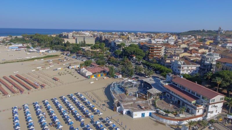 Härlig kust av Soverato i Calabria, Italien royaltyfria foton
