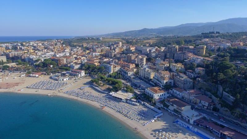 Härlig kust av Soverato i Calabria, Italien arkivfoton