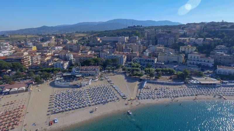 Härlig kust av Soverato i Calabria, Italien arkivbilder