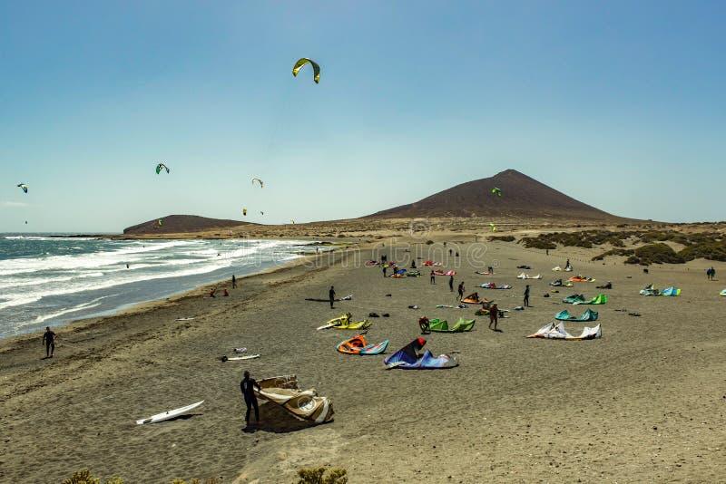 Härlig kust- sikt av stranden för El Medano Skinande klar blå himmel över horisontlinjen, vågkrusningar på turkosvattnet Vind och fotografering för bildbyråer