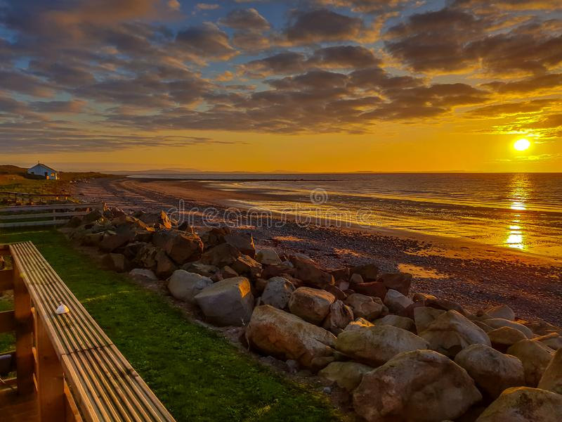 härlig kust- solnedgång royaltyfri foto