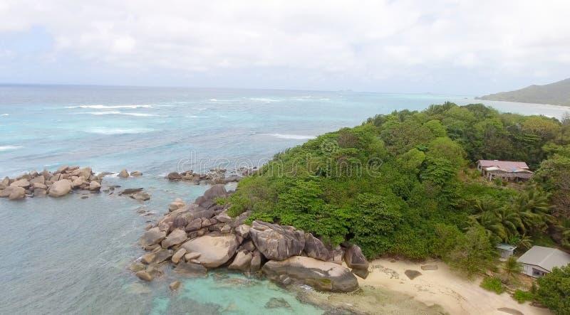 Härlig kustlinje av Praslin från surret royaltyfria foton