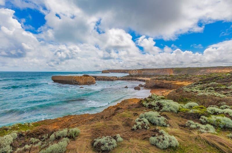 Härlig kustlinje med steniga utlöpare på den stora havvägen, royaltyfri bild