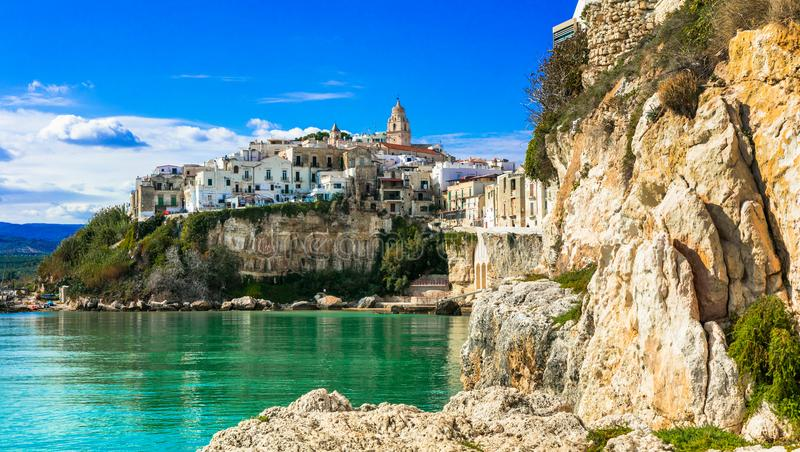 Härlig kuststad Vieste i Puglia Italienska sommarferier arkivfoton