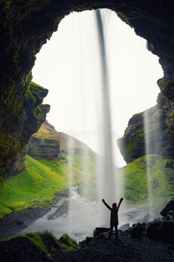 Härlig Kvernufoss vattenfall i södra Island sommar royaltyfri bild