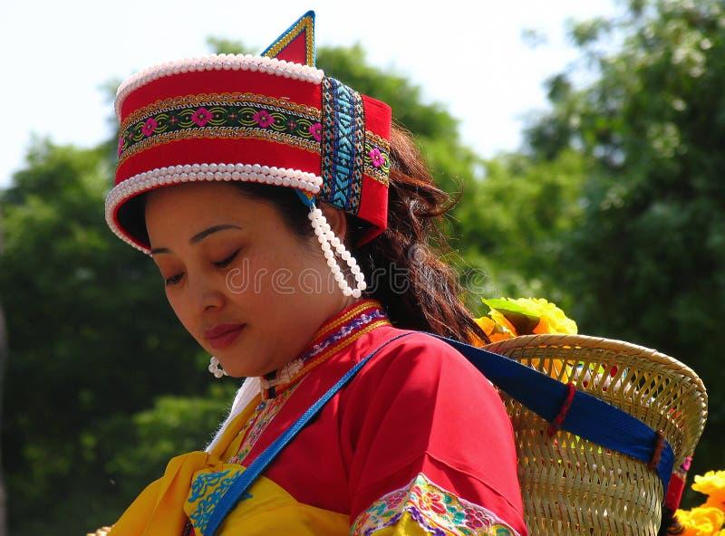 Härlig kvinna av Sani folk i färgrik traditionell dräkt arkivbild